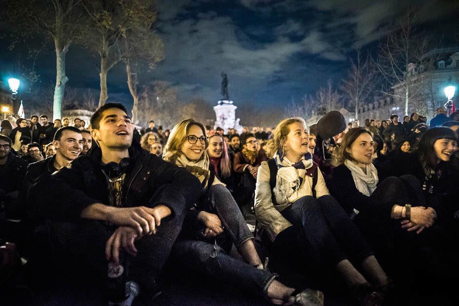 Débutée le 31 Mars 2016, de nombreuses personnes étaient encore présentes dans la nuit du dimanche 10 avril, pour la Nuit Debout datée symboliquement au 41 Mars avant l'évacuation au petit matin par les forces de l'ordre. Paris, France - 10 avril 2016. - © Simon Guillemin - Hans Lucas