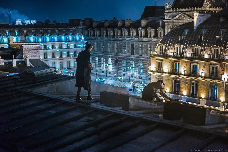 En début de soirée, une représentation a dû être annulée à la Comédie Française, suite à l'irruption de plusieurs dizaines de manifestants, notamment des intermittents du spectacle et des travailleurs précaires. Ils veulaient faire pression sur les négociations concernant leur régime d'indemnisations chômage. Plus tard, un groupe d'intermittents parvient à grimper sur le toit de la Comédie française et tente d'accrocher à la façade une banderole, finalement accrochée plus bas sur un balcon. Comédie française. Paris, France. 26 avril 2016. © Simon Guillemin - Hans Lucas