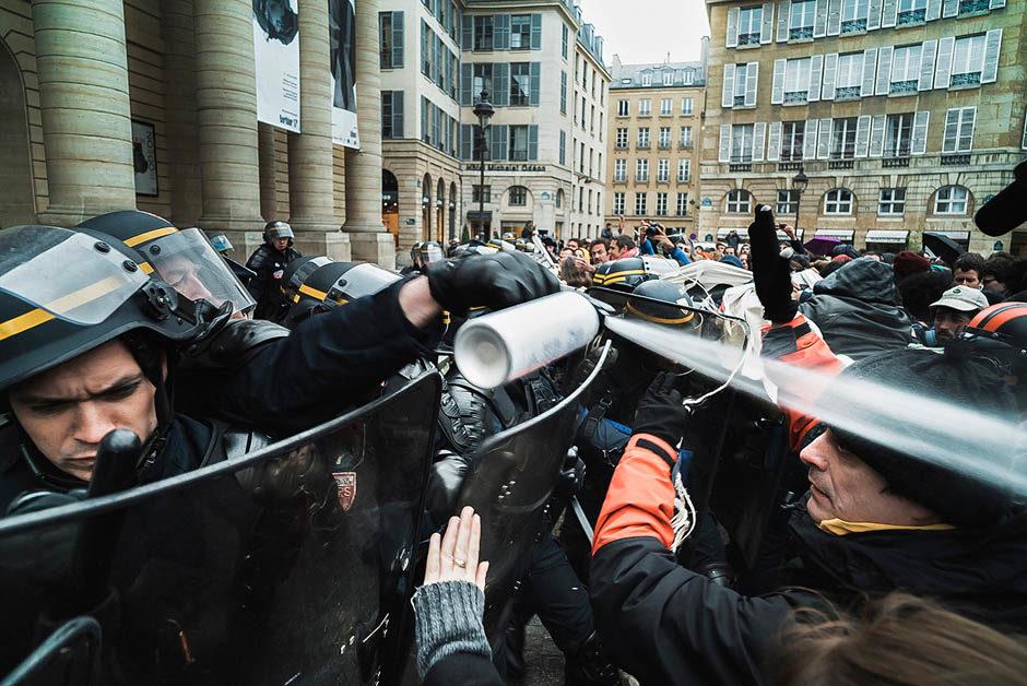La police a gazé des manifestants devant le théâtre de l'Odéon lors de la manifestation contre la Loi Travail d'El Khomri, ministre du travail. Odéon, Paris, France - 25 avril 2016. - © Simon Guillemin - Hans Lucas
