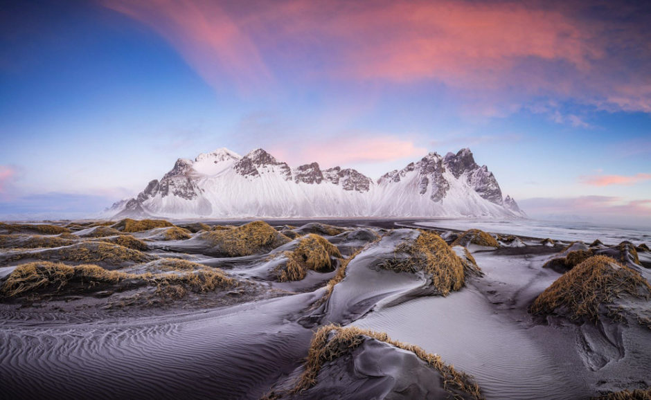 "© Markus Van Hauten (Germany) - ""Black, blue, pink"" - Troisième finaliste du BioPhotoContest 2016 sur ""Les déserts, pierres et éboulis"" Description: The upcoming sun let the clouds looks pink. The sand ist frozen from the fog last night. This is a panorama shoot from 5 horizontal images. Place: Iceland Make: Canon Model: Canon EOS 5DS R ExposureTime: 16/10 Date: 15-01-2016 ApertureFN: f/18.0 ISOSpeed: 100 FocalLength: 16/1"