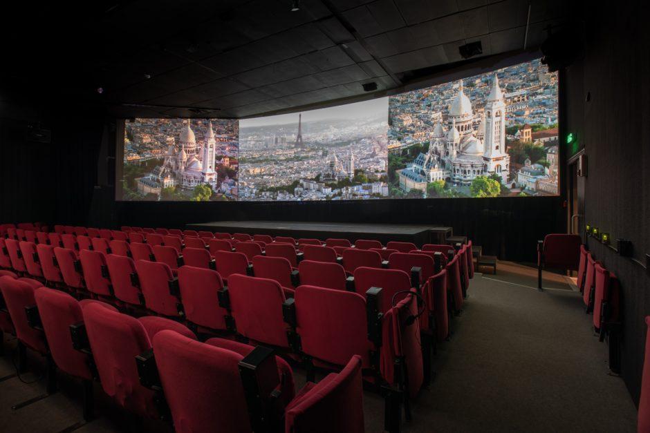 © Paris-Story - Une salle de cinéma à trois écrans pour visionner le film d'une cinquantaine de minutes dédiée à la ville.