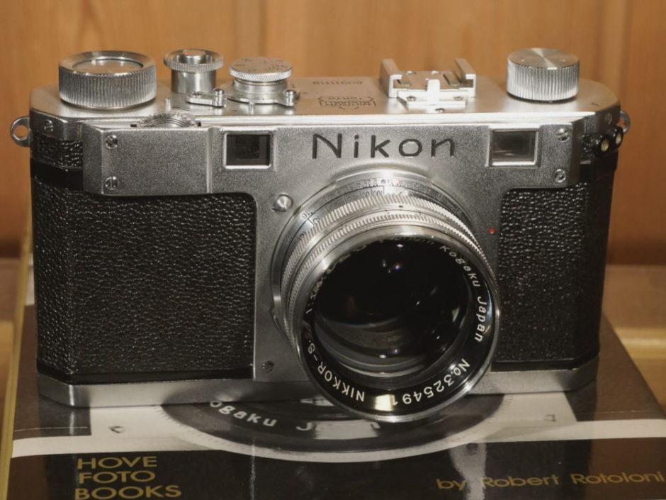 © Jan von Erpecom - Own work, CC BY-SA 3.0 - Wikimedia Commons - Nikon S, sorti en 1952, quatre ans après la sortie du premier boîtier Nikon Model I