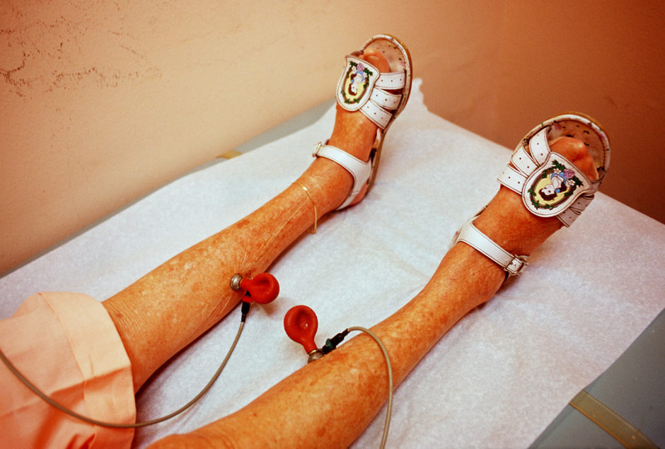 "© Naomi Harris - Haddon Hall (1999-2001) - ""Pearl's Legs, 2000"""