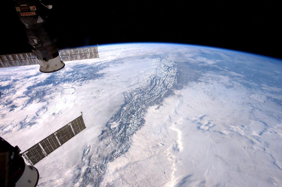 """© Thomas Pesquet, ESA/NASA - """"Même les nuages capitulent face au gigantisme des Rocheuses"""" (Flickr)"""