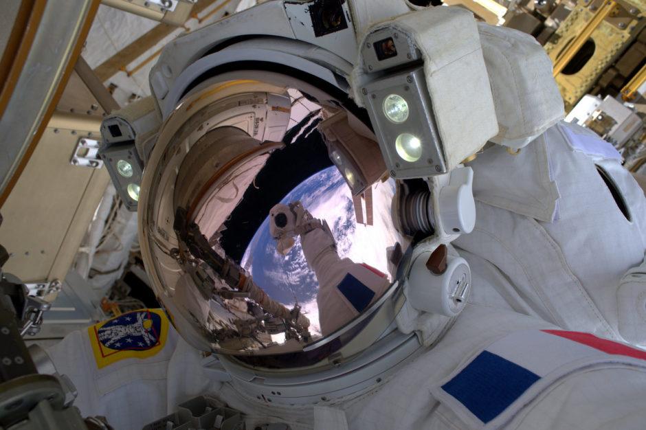 """© Thomas Pesquet, ESA/NASA (2017) - """"Le selfie de l'espace, passage obligé! À part ça je vous assure, c'est un sentiment inoubliable d'être son propre vaisseau spatial !"""""""
