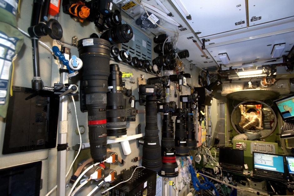 """© Thomas Pesquet, ESA/NASA - """"Le segment russe de la Station regorge d'appareils photo ! Il offre également de super hublots au nadir (= à visée verticale). À droite vous pouvez voir notre logiciel de navigation sur l'écran d'un ordinateur"""" (Flickr)"""