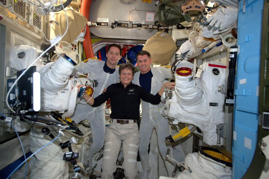 """© ESA/NASA - Thomas Pesquet à gauche - """"Photo prise dans le sas juste après l'essayage des scaphandres la semaine dernière pour les dernières vérifications"""" (Flickr)"""
