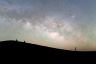 © Christophe Lehénaff - Maroc. Vallée du Dra. Tinfou. Dunes de Tinfou. Touristes admirant la Voie lactée.
