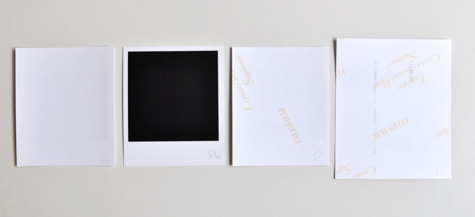 Dos des tirages : le papier argentique de Cheerz est sans marque ; celui de Photoweb inclut un cadre noir derrière l'image sur lequel on peut écrire au crayon ; Printic et Lalalab utilisent le Fujicolor Archive Supreme qui laissent apparaître la marque.