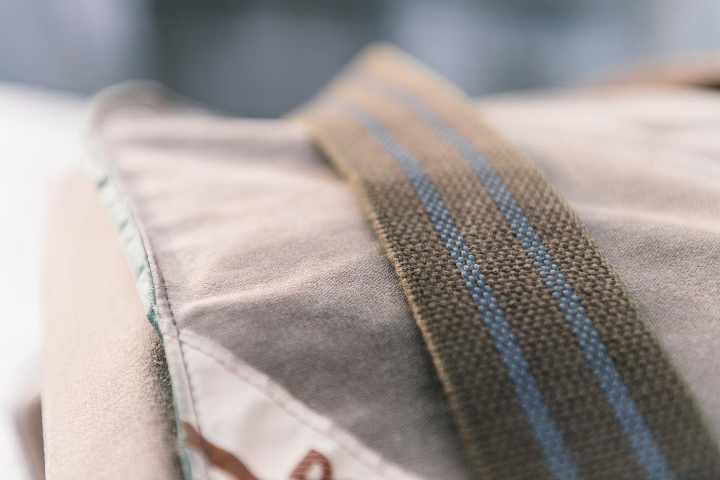Les bandes en caoutchouc intégrées à la bandoulière