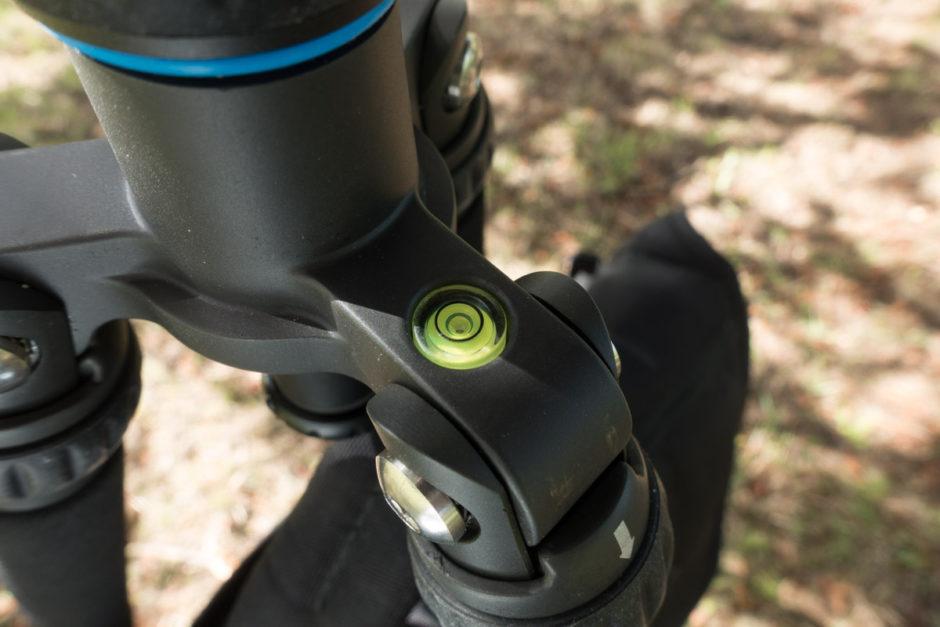 Un niveau à bulle sur la jonction des pieds ne permet d'assurer que la verticalité de la colonne.