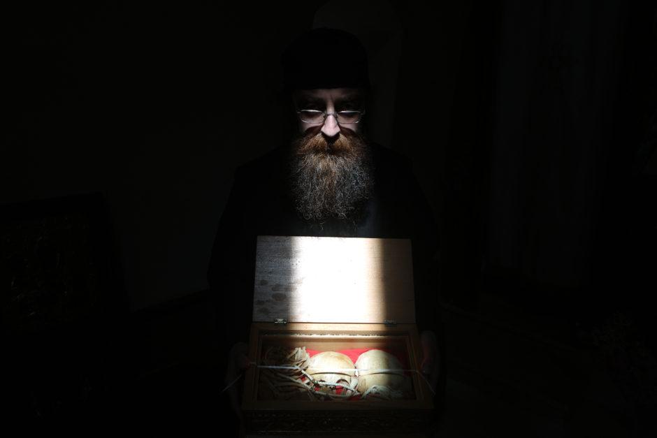 © Baz - AFP PHOTO - Photo éditée par Marina Passos - Elle représente un moine grec orthodoxe présente une boîte contenant les ossements d'un petit garçon tué par les Mamelouks, retrouvés au sein du monastère Our Lady of Hamatoura au Liban (8 mars 2016).