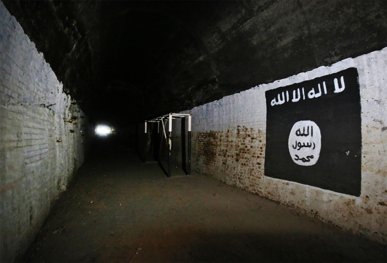 © Ahmad Al-Rubaye - AFP PHOTO - Photo éditée par Marina Passos, représentant le logo d'ISIS à l'intérieur d'un tunnel supposément utilisé comme un lieu d'entraînement pour les djihadistes, dans le village Albu Sayf, dans la banlieue sud de Mossoul, le 1er mars 2017.