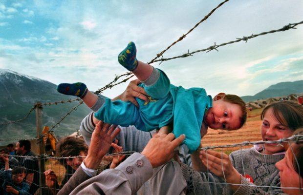 © Carol Guzy - Guerre du Kosovo - Camp de réfugiés sur la frontière Albanie-Kosovo - 3 mars 1999