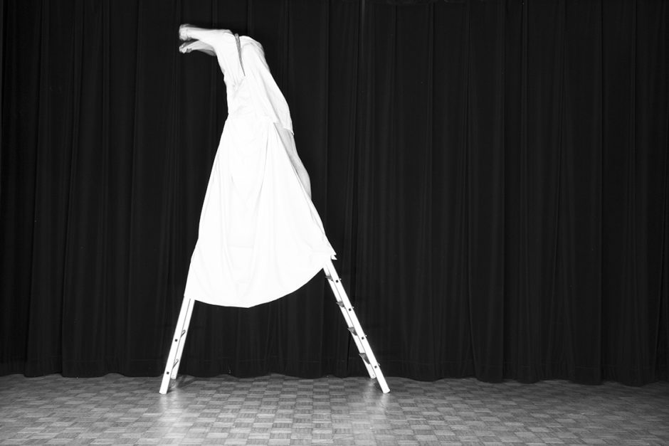 "© Guillaume Martial - Le modulor - La girafe - ""Footlights"" - Galerie Esther Woerdehoff"
