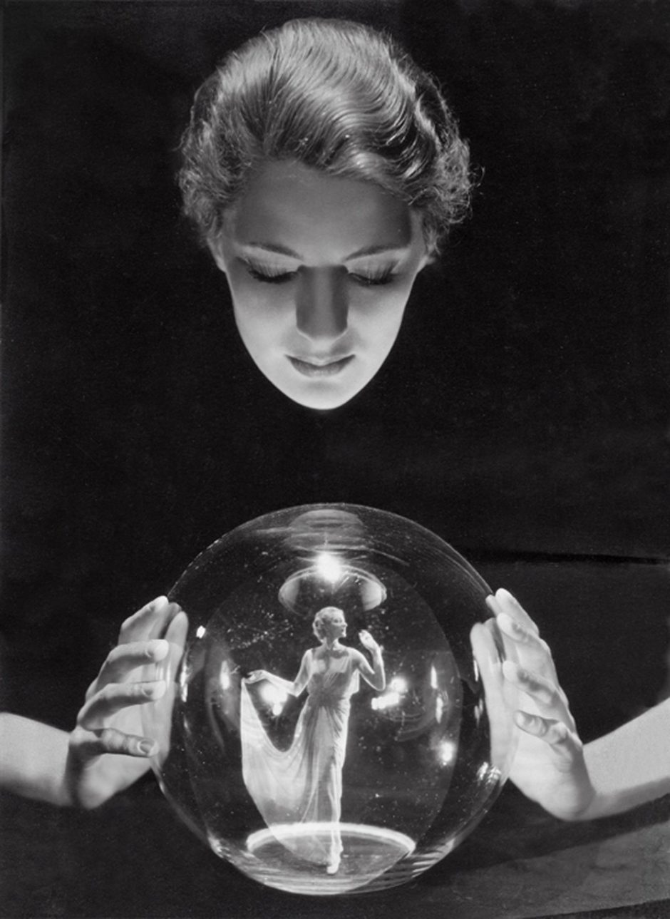 © George Hoyningen-Huene - Lee Miller avec une boule de crystal, Paris, France, 1932