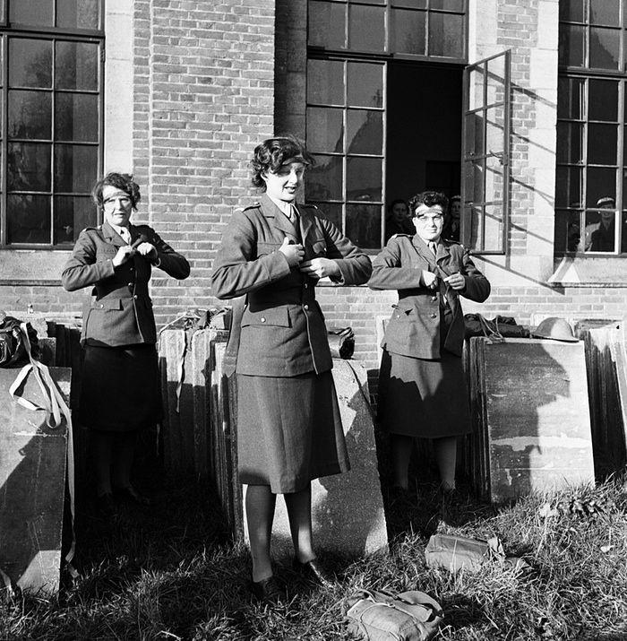 © Lee Miller, Femmes officiers ATS (Auxiliary Territorial Service, branche féminine de la British Army pendant la Seconde guerre mondiale) en train de se changer dans une arrière-cour - Camberley, Surrey, Angleterre, 1944