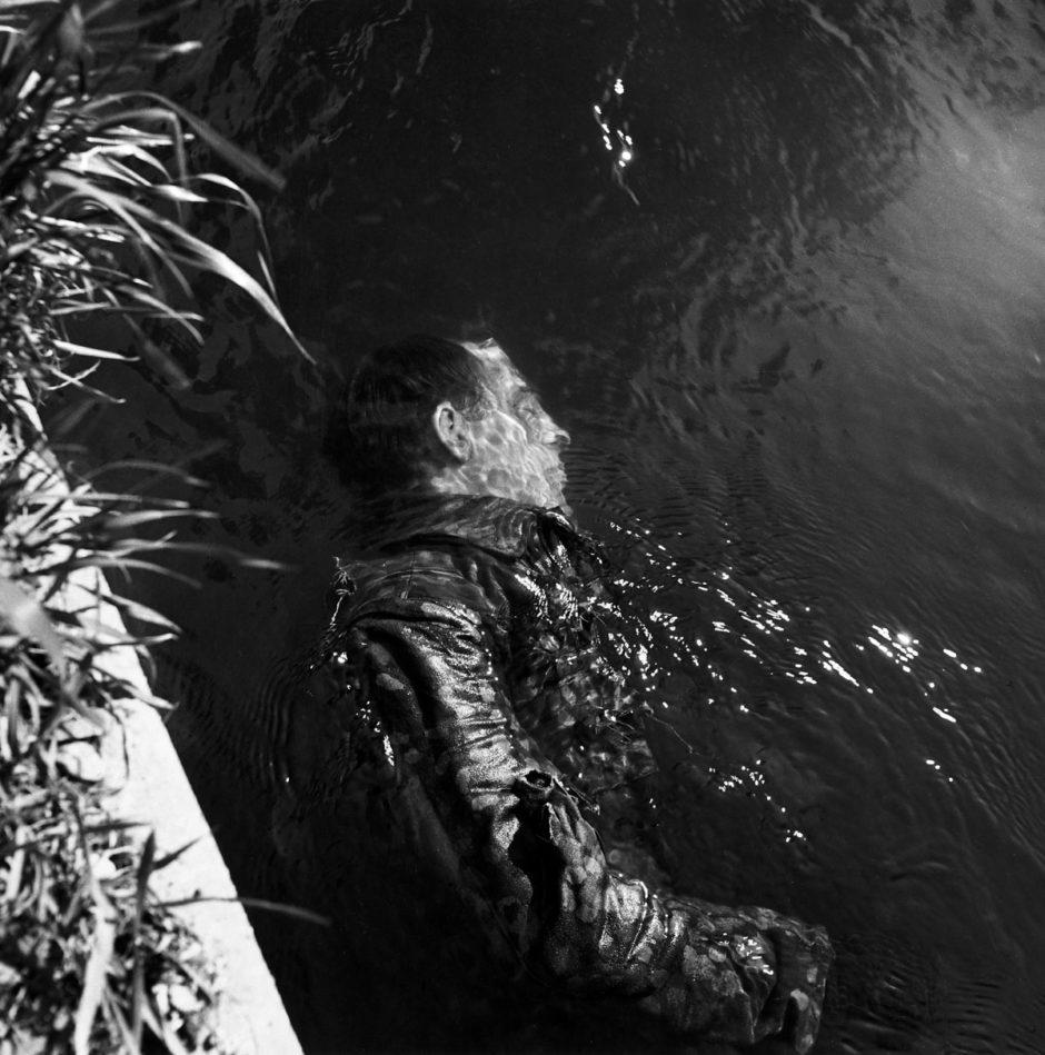 © Lee Miller - Le corps d'un garde SS dans un canal, Dachau, Allemagne, 1945