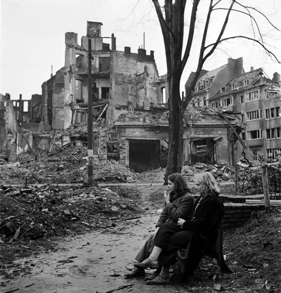 © Lee Miller - Défaite, Deux femmes allemandes dans les ruines de Cologne, mars 1945
