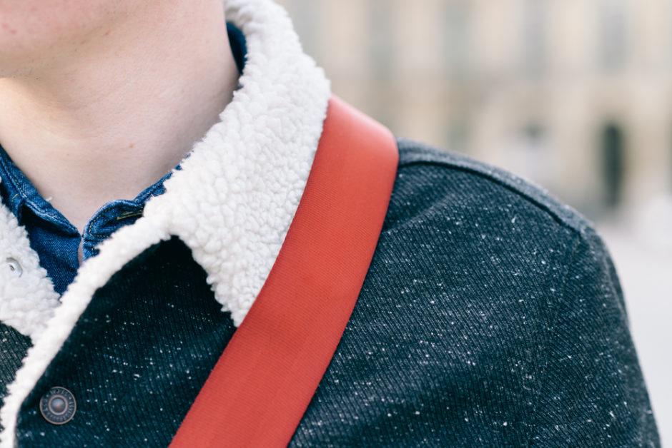 La bande antidérapante est en contact avec le vêtement, empêchant le glissement de la courroie vers l'avant ou l'arrière