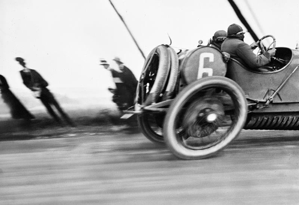 "© Jacques-Henri Lartigue - Grand Prix de l'Automobile (France, 1912) - ""Autophoto. De 1900 à nos jours"" - Fondation Cartier"