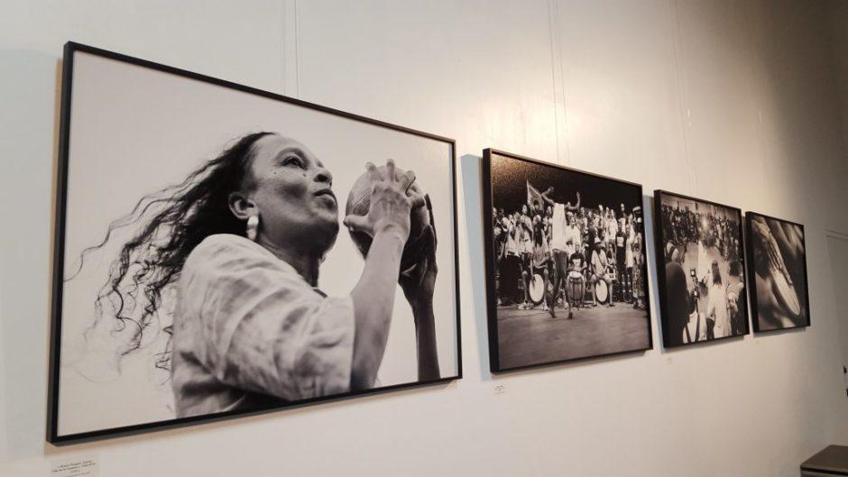 """Exemple de tirages d'art réalisés par Hahnemühle sur papier brillant Photo Rag Baryta, pour les images de l'exposition du projet """"Moun a Gwoka"""" de Marie-Charlotte Loreille"""