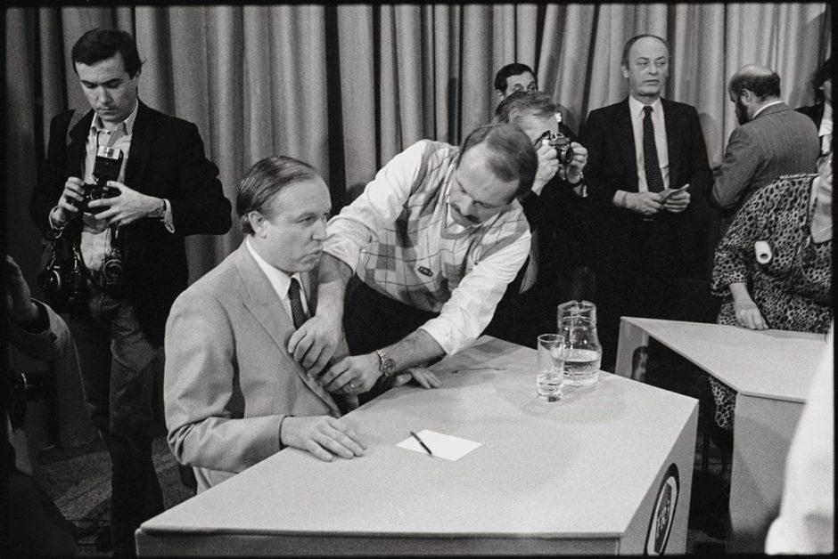 © Eric Franceschi - Jean-Claude Gaudin lors d'un débat télévisé face à Gaston Defferre, avant le second tour des municipales de 1983.