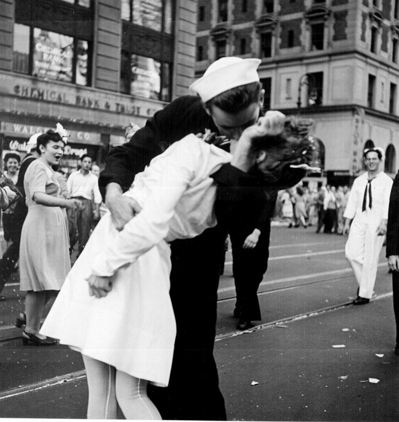 """© Victor Jorgensen : Un autre photographe, Victor Jorgensen, a immortalisé la même scène qu'Alfred Eisenstaedt. Sa photo montre moins l'arrière-plan et sa composition n'offre pas la vue de l'intersection et sa profondeur. Elle sera publiée dans le New-York Times le lendemain de la prise avec la légende """"Kissing the War Goodbye""""."""