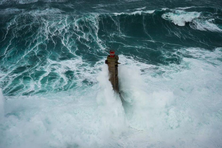 "© Mathieu Rivrin - ""Déferlantes gigantesques sur le phare de Nividic"""