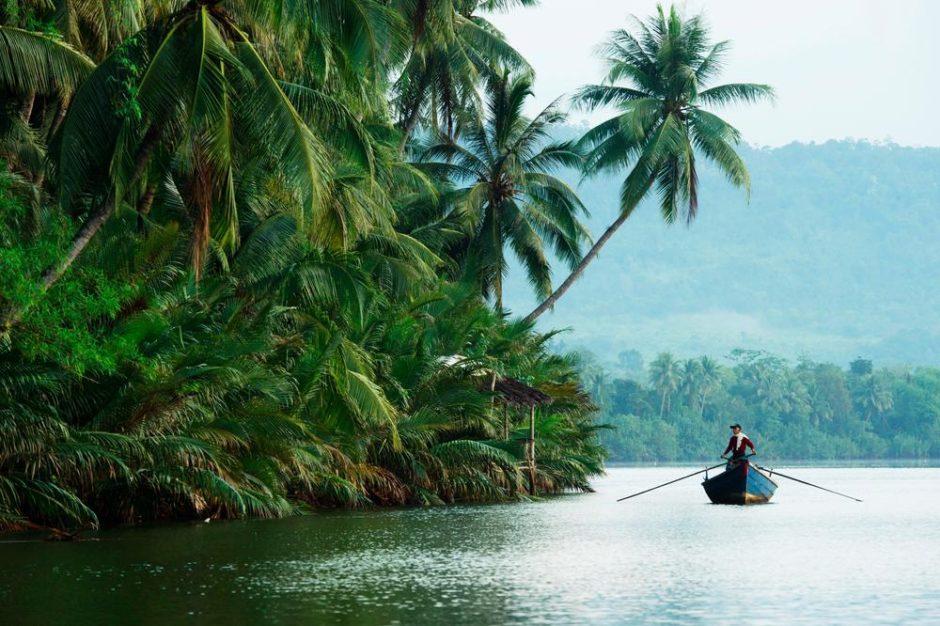 """© Stephan Gladieu - Pour le Figaro Magazine - Série """"Cambodge Le temps retrouvé"""" - La rivière Tatai au Sud du Cambodge."""