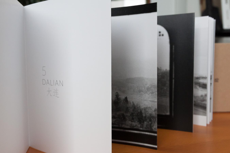 """Exemple de livre en dépliant, accompagné d'un coffret - """"Solitudes 5"""" par Dorian François"""
