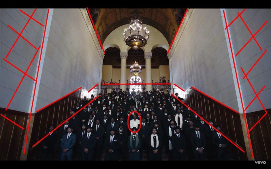 On sait déjà à peut près où se trouve le rappeur, mais la composition de l'image force le regard à aller suivre les marches au centre.