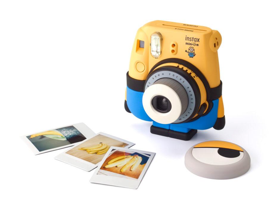 9fa094aa3163cb L Instax Minion n est en fait qu un Instax Mini 8 jaune rebrandé minion et  accompagné d un socle en silicone – le pantalon bleu et noir du minion, ...