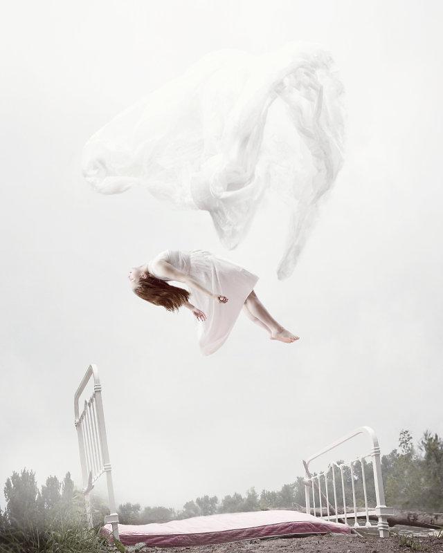 Sleep Elevations : les portraits en apesanteur de Maia Flore