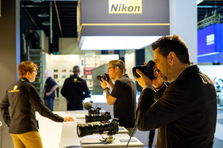 Un photographe essaie l'hybride plein format de Nikon sur le stand à la Photokina 2018
