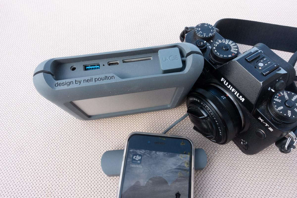 Si on ignore l'épaisseur, le LaCie DJI Copilot est plus encombrant qu'un Fujifilm X-T2