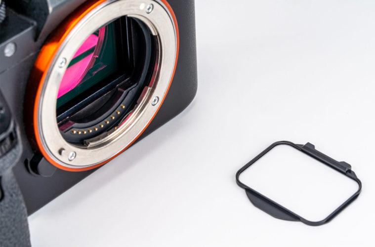 Un appareil photo Sony Alpha et un Kase Clip-In filter.