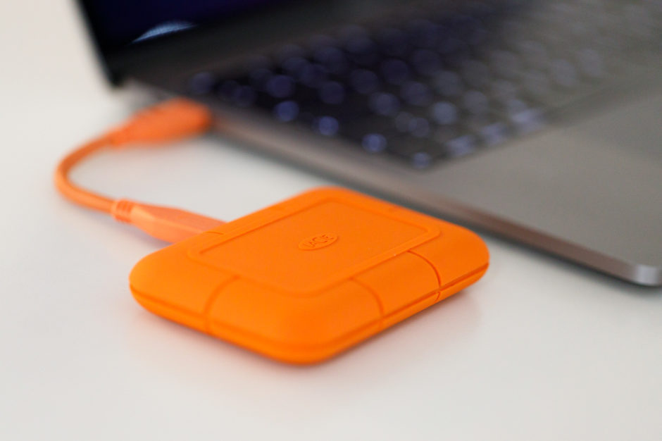 LaCie Rugged SSD branché à un ordinateur